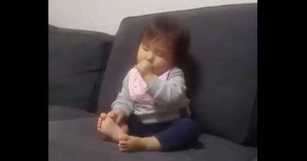 【※癒される】眠そうにウトウトしている赤ちゃん。それを見ていたワンちゃんが信じられない行動に・・・!
