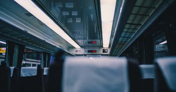 【※スカッと】特急列車でマナーの悪い団体客に遭遇。うんざりしていると、そこに若い車掌さんがやって来て・・・!