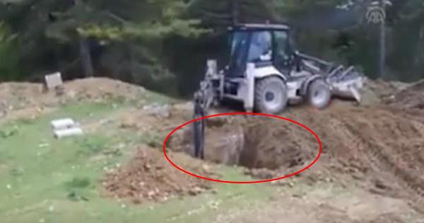 【※地中から巨大生物】地中を掘る人々・・・地中を掘り進めた結果!?