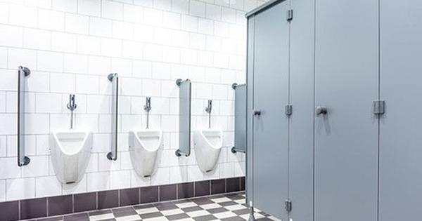 【※トイレの個室が一つも空いていない・・・】音楽を聴きながら待っていたが、30分経過しても出てこない。不審に思った俺は警備に通報すると・・・